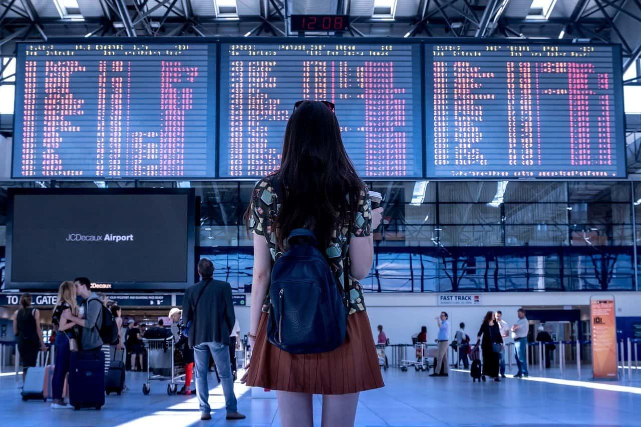 אישה בודקת טיסה
