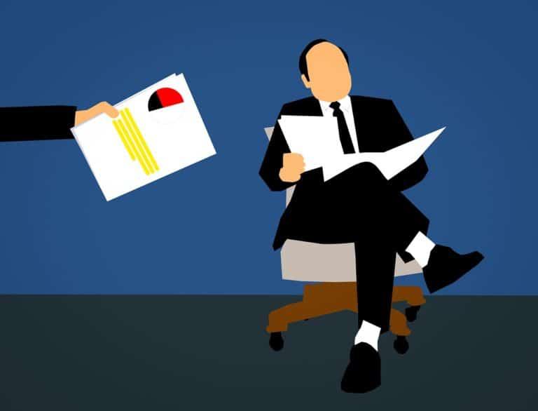 איש בחליפה קורא מסמך