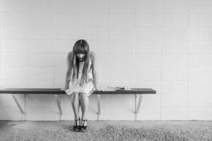 בחורה חרדה יושבת על ספסל