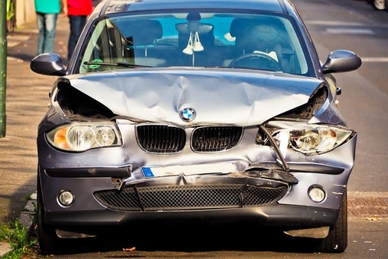 מכונית מדגם במו לאחר תאונה חזיתית