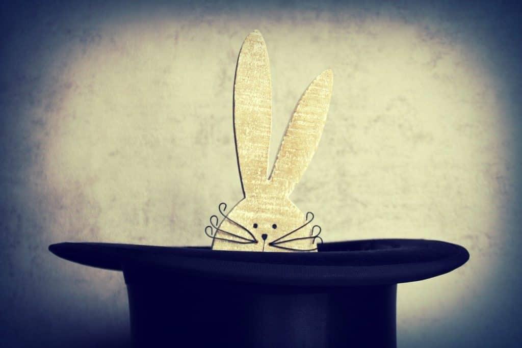 ארנב מציץ מתוך כובע של קוסם